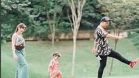 Bermain di taman. Seru! (Foto: Instagram @glennalinskie)<br /><br />