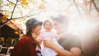 <p>Senyum ceria Glenn Alinskie, Chelsea Olivia, dan Natusha Olivia Alinskie. (Foto: Instagram @glennalinskie)<br /><br /></p>