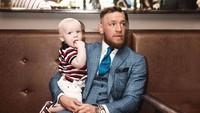 <p>Conor Jr menemani sang ayah di acara resmi. Nyaman banget di pangkuan ayah McGregor. (Foto: Instagram @thenotoriousmma)</p>