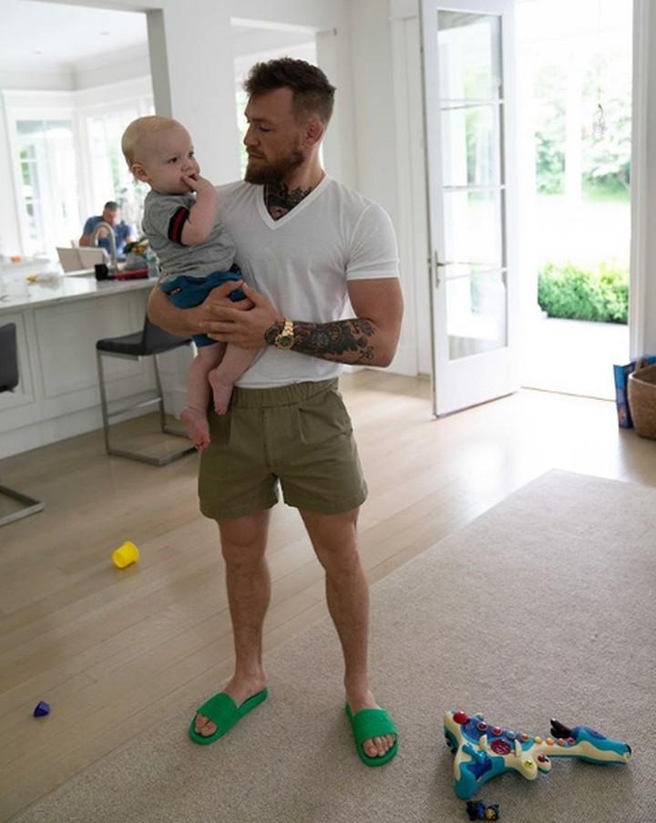 Yuk, intip 7 foto manis dan kebapakan petarung Conor McGregor bersama anak.