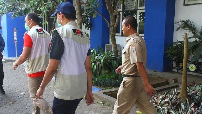 Tim penyidik KPK menggeledah Kantor Dinas PUPR Kabupaten Indramayu sejak pukul 10.30 WIB, terkait OTT terhadap Bupati Indramayu Supendi.