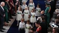 <p>Para pengiring pengantin cilik ini berhasil menarik perhatian para tamu. Savannah Phillips terlihat menjaga Pangeran George dan Putri Charlotte dengan mengenggam terus tangan dua sepupunya itu. (Foto: Yui Mok - WPA Pool/Getty Images)</p>