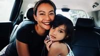 <p>Endhita dan Kaines difotoin ayah Onci nih. Bunda dan gadis ciliknya sama-sama cantik. (Foto: Instagram Endhita)</p>