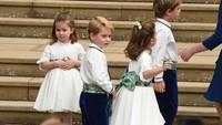 <p>Tampaknya Pangeran George dan Putri Charlotte kebingungan ya, Bun? He-he-he. (Foto: Jeremy Selwyn - WPA Pool/Getty Images)</p>