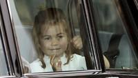 <p>Seperti biasa, Putri Charlotte paling ramah dan rajin menyapa dari dalam mobil. (Foto: Alastair Grant - WPA Pool/Getty Images)</p>