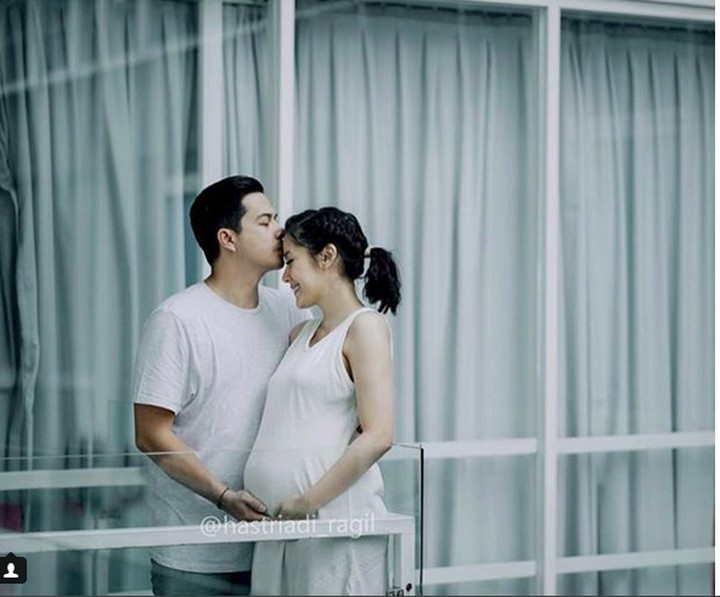 Artis Ardina Rasti sedang hamil 7 bulan. Dia semakin disayang suami, Arie Dwi Andhika. Foto-foto jadi bukti disayangnya Rasti oleh suami.