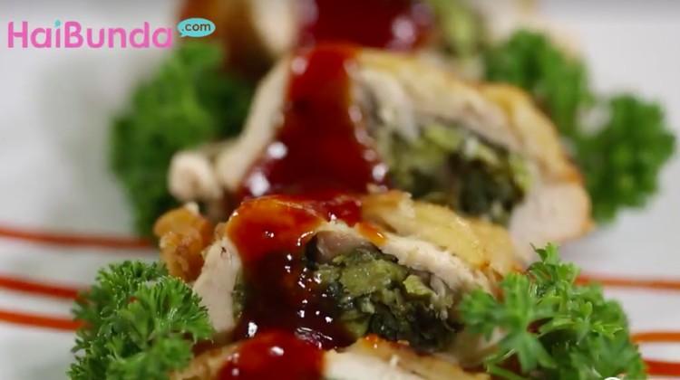 Resep ayam isian berikut berisi bayam yang mengandung gizi dan mampu tingkatkan sel darah merah di tubuh.
