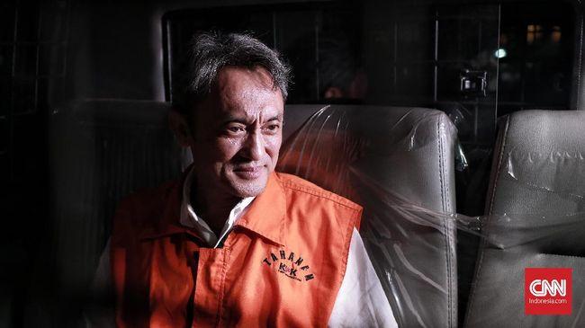 Andi Sofyar, seorang petugas Imigrasi bandara Soekarno-Hatta, mengembalikan uang Rp30 juta kepada KPK. Uang itu imbalan atas jasa membantu Eddy Sindoro kabur.