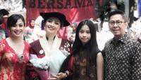 <p>Wisuda si sulung pun bisa jadi ajang quality time untuk keluarga Feni Rose lho. (Foto: Instagram/ @fenirose)</p>