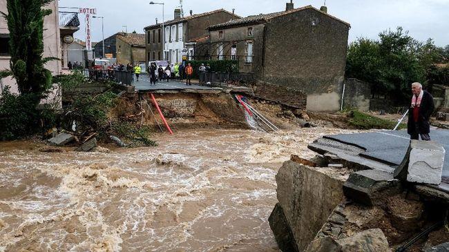 Sebanyak 12 orang tewas dalam serangkaian bencana yang terjadi di Prancis Selatan.