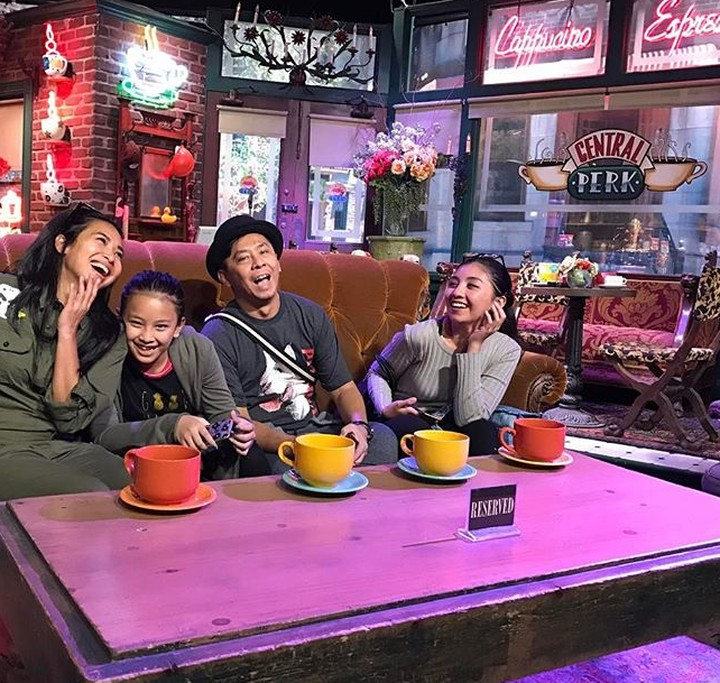 Keluarga presenter Feni Rose memang jarang terekspos. Namun, bukan berarti keluarga ini nggak bisa seru-seruan saat quality time lho.