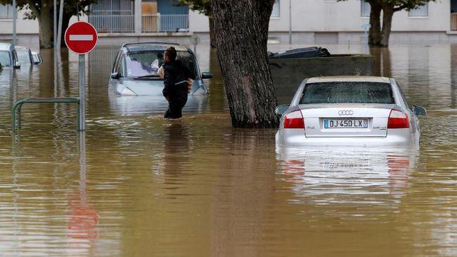 Hujan deras sejak Senin kemarin membuat dua sungai di Kota Tafalla, Navarra, Spanyol meluap. Banjir memutus akses jalan dan jaringan listrik.