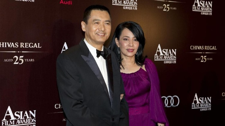 386900 56: Actor Chow Yun-Fat and his wife Jasmine arrive for the 73rd Annual Academy Awards March 25, 2001 at the Shrine Auditorium in Los Angeles. Chow is wearing a Cerruti suit and Jasmine is wearing a Yamamoto tuxedo. (Photo by Chris Weeks/Getty Images