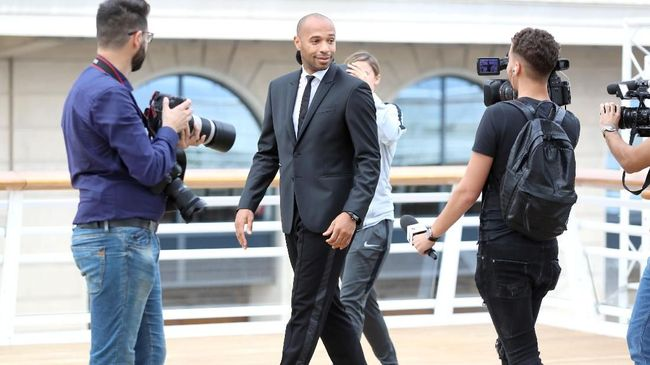 Thierry Henry, new coach of the football club of Monaco, walks past journalists as part of a press conference in Monaco, on October 17, 2018. (Photo by Valery HACHE / AFP)