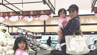 <p>Olla mengajak dua anaknya belanja ke supermarket. Mau belanja apa nih Bunda Olla? (Foto: Instagram @ollaramlanaufar)</p>