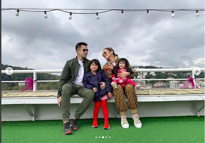 Hot Mom Olla Ramlan punya keluarga yang bahagia. Lihat bersama kehidupan hot mom dan keluarga yang satu ini yuk, Bun.