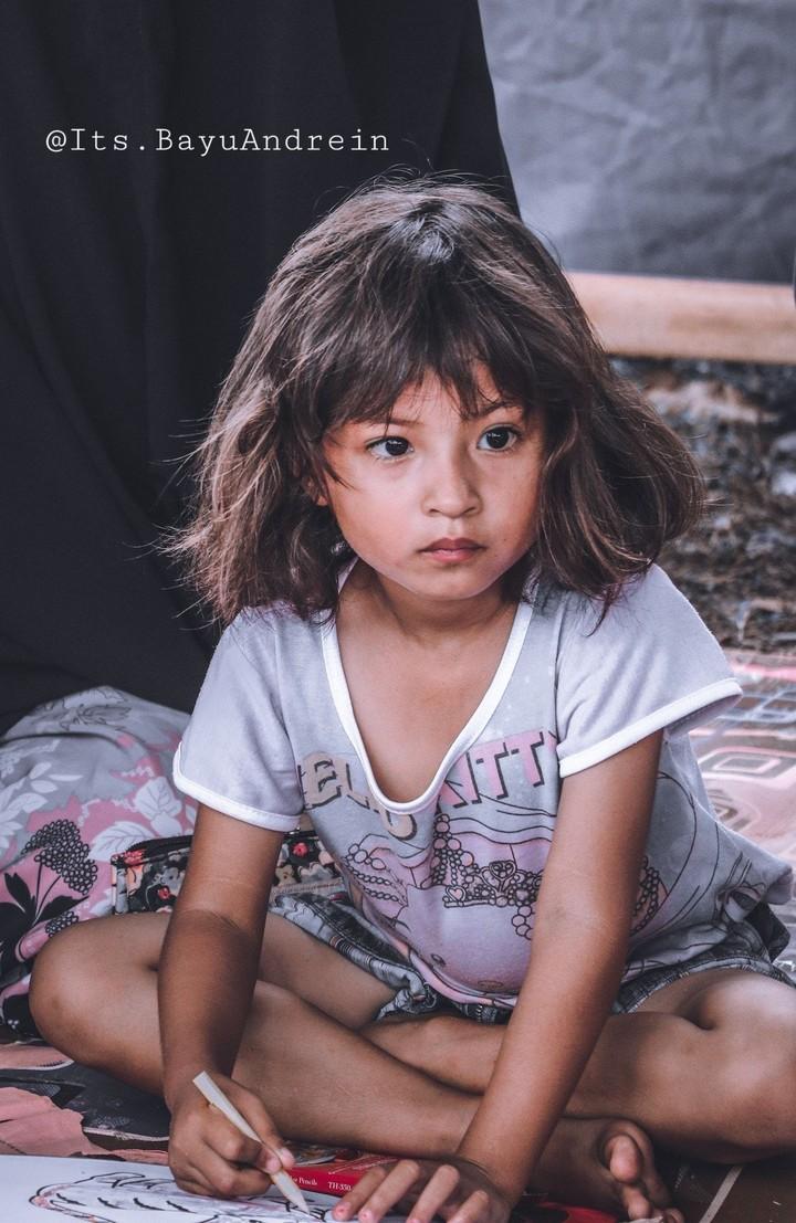 Jihan, begitu panggilannya. Bocah 3 tahun yang sangat tegar menghadapi bencana yang menimpa keluarganya di Palu.