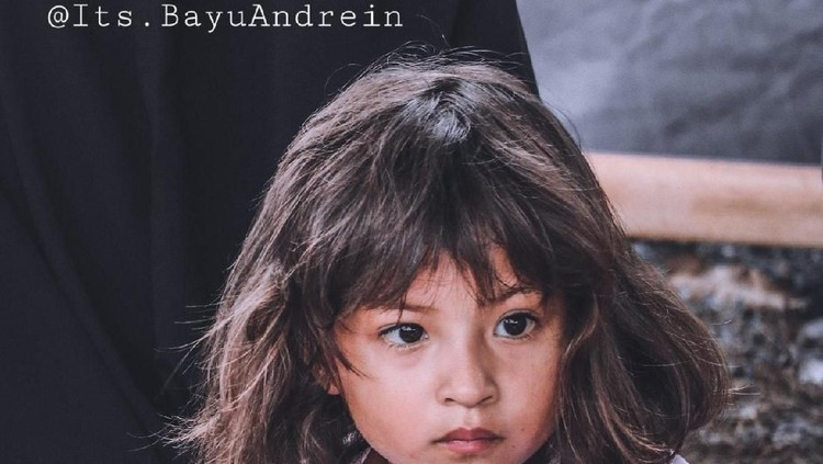 Ketegaran gadis cantik korban gempa Palu ini membuat salut semua orang.