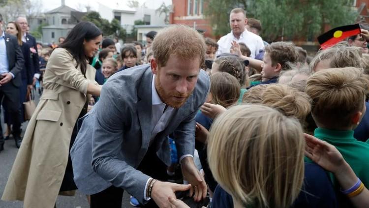 Saat mengunjungi sebuah sekolah, Pangeran Harry bersalaman dengan bocah berusia 4 tahun. Lucunya, anak tersebut tak mengenal siapa dirinya, Bun.