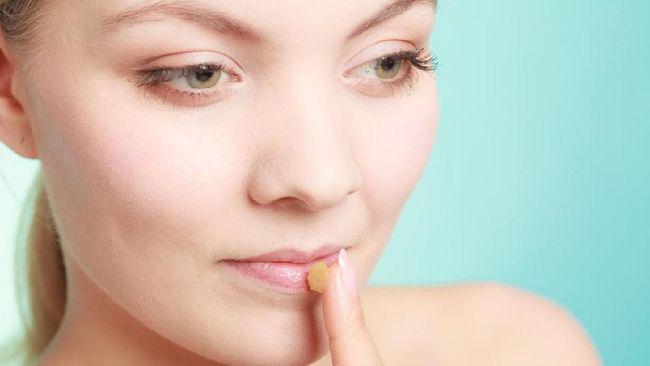 Jari andalan paling praktis untuk mengoleskan dan meratakan lip balm. Namun hati-hati karena jari juga jadi lokasi favorit tempat nongkrong bakteri.