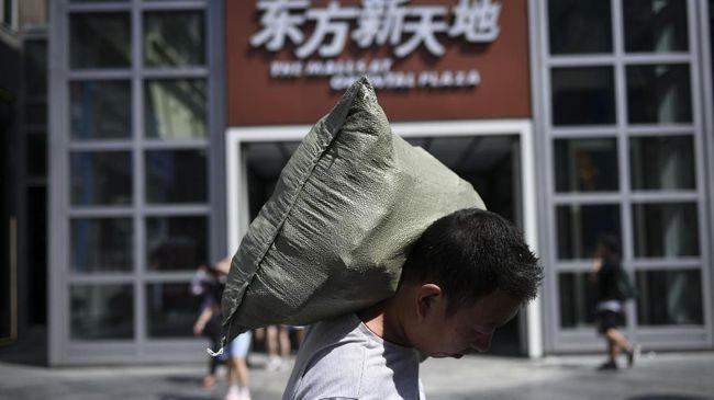 Pemulihan ekonomi China diproyeksi berjalan lebih lambat setelah data penjualan ritel pada kuartal kedua turun 1,1 persen.
