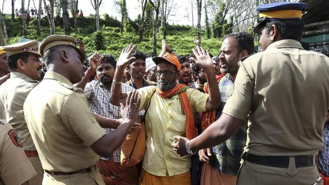 Ribuan pengunjuk rasa memblokir jalan keluar di sebuah bandara di Kerala, India, untuk mengadang sekelompok aktivis perempuan agar tidak masuk ke kuil Hindu.