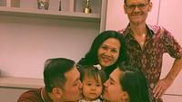 <p>Kecup sayang dari Ayah dan Bunda untuk si kecil Aurora. (Foto: Instagram/@oliviajensen) </p>