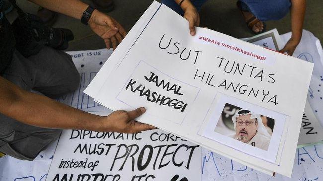 Sejumlah jurnalis melakukan aksi solidaritas bagi wartawan Arab Saudi Jamal Khashoggi di depan Kedutaan Besar Arab Saudi, Jakarta, Jumat (19/10/2018). Aksi tersebut sebagai bentuk keprihatinan atas hilangnya Jamal Khashoggi yang diduga tewas saat berada di konsulat Arab Saudi di Istanbul, Turki pada 2 Oktober lalu. ANTARA FOTO/Sigid Kurniawan/ama.