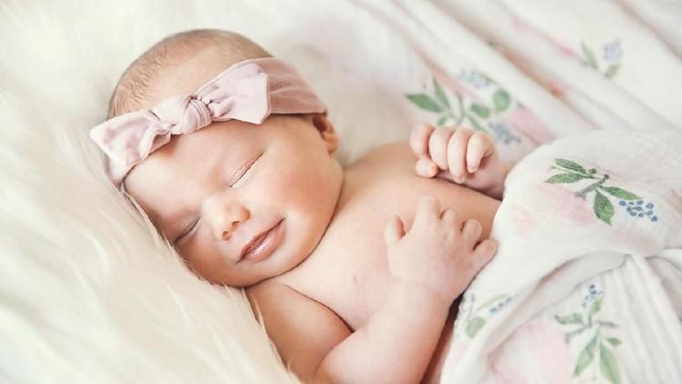 Bunda sedang mencari nama bayi laki-laki? Mungkin nama bayi dari bahasa Ibrani ini bisa dijadikan referensi. Sst, arti namanya juga nggak kalah indah lho.