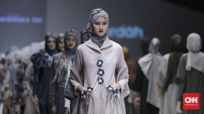 Gelaran mode Jakarta Fashion Week 2019 telah dibuka. Enam desainer menghadirkan inspirasi dari enam kota mode dunia yang populer.