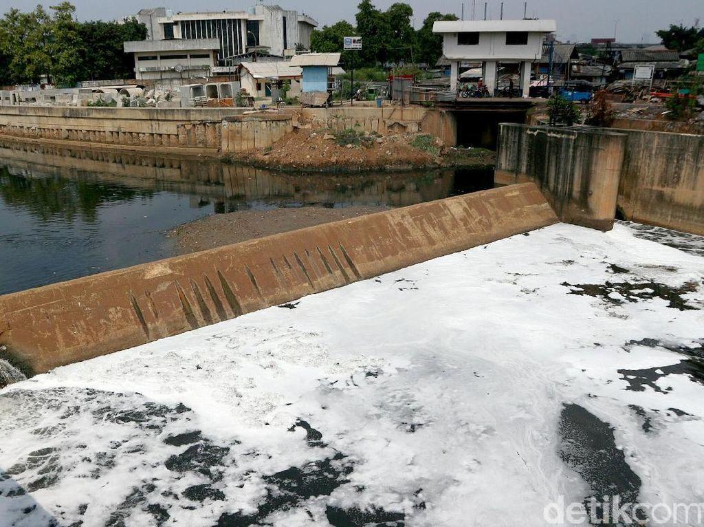 Hati-hati! Air di Kanal Banjir Timur Bikin Gatal-gatal