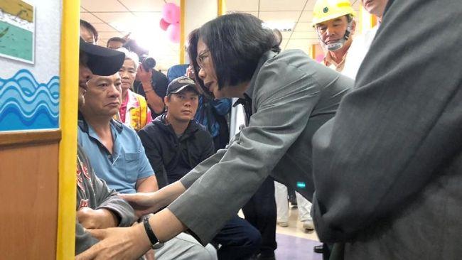 Presiden Taiwan, Tsai Ing-wen, mengunjungi keluarga korban yang tewas dalam kecelakaan kereta api di Yilan pada Minggu (21/10).
