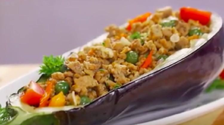 Resep leunca oncom berikut ini menjadikan terung sebagai 'mangkuk' yang bisa dimakan. Rasa pahit leunca akan berpadu dengan renyahnya terung goreng.