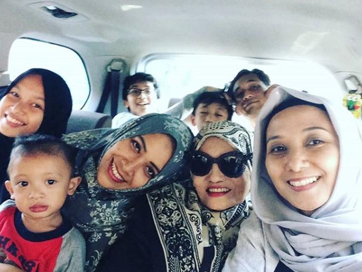 Penyanyi senior Titi Qadarsih meninggal hari ini, Senin (22/10/2018). Intip momen kebersamaannya dengan keluarga tercinta.