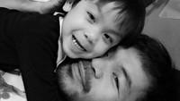 <p>Bagaimana sayangnya Manny ke Israel bisa kita lihat dari ekspresinya saat memeluk si kecil. (Foto: Instagram/mannypacquiao)</p>