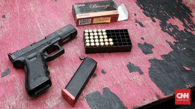 Polres Tangerang Tahan Polisi Penodong Pistol ke Tetangga