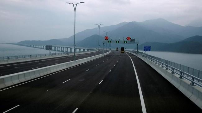 Jembatan laut terpanjang di dunia yang menghubungkan Hong Kong, Zhuhai, dan Makau ke daratan China telah dibuka secara resmi pada 23 Oktober 2018.