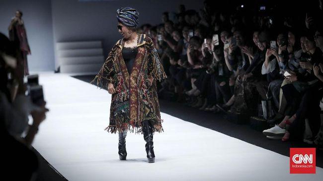 Panggung peragaan busana Anne Avantie di Jakarta Fashion Week 2019 diwarnai dengan kemunculan Menteri Kelautan dan Perikanan Susi Pudjiastuti.