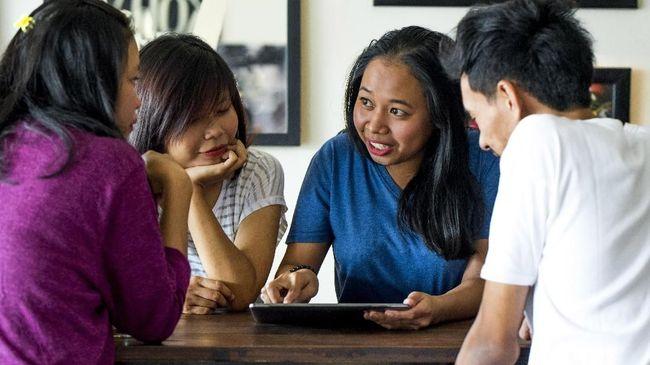 Di balik masyarakat yang semakin menggunakan bahasa asing dan tata bahasa Indonesia yang berantakan, ada kegagapan lembaga bahasa menghadapi globalisasi.