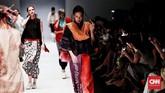 Obin kembali menghadirkan kreasi kain warna-warni tradisional Indonesia di Jakarta Fashion Week 2019.