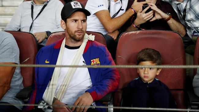 Luka Modric meraih penghargaan pemain terbaik Ballon d'Or 2018, Lionel Messi tak hadir dan hanya foto bersama anak-anaknya.