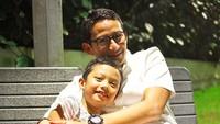 <p>Gantengan mana, Sulaiman atau Ayah Sandi?<em>Like father, like son</em> ya.(Foto: Instagram/ @sandiuno)</p>
