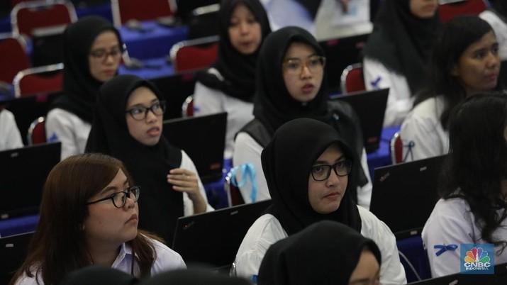 Peserta CPNS mengikuti seleksi Kompetensi Dasar (SKD) di Kantor Walikota Jakarta Timur, Jumat (26/10). Peserta yang lolos akan mengikuti tahap seleksi berbasis komputer yang akan digelar serentak 26 Oktober hingga 17 November 2018.  (CNBC Indonesia/Muhammad Sabki)