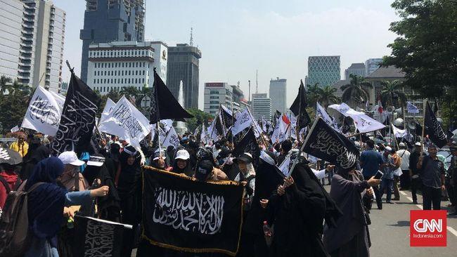 Sejumlah peserta aksi bela kalimat tauhid dan ketua GNPF Ulama Yusuf Martak menemui perwakilan Kemenkopolhukam. Mereka mendesak Banser NU dibubarkan.