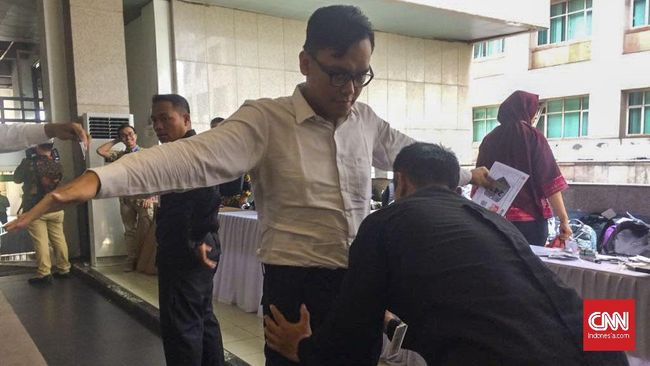 Setelah masalah teknis teratasi, para peserta tes CPNS 2018 di Kantor Wali Kota Jakarta Selatan mulai menjalani body scanning masuk ruang tes.