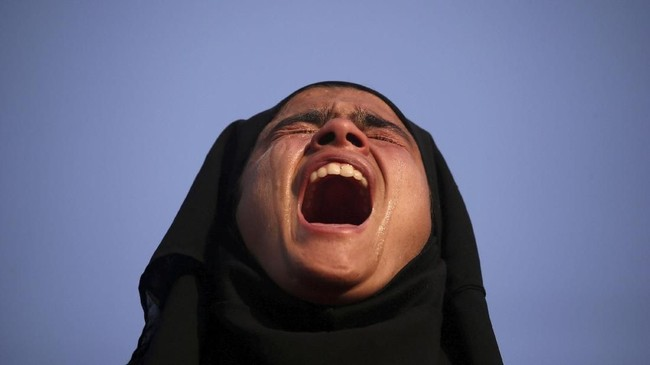 Dalam foto-foto unik pilihan CNNIndonesia.com pekan ini, ada air mata untuk seorang militan yang tewas, patung-patung di pinggir pantai, dan kisah musim gugur.