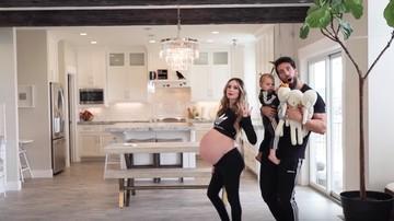 Serunya Ibu Hamil Kembar Tiga Menari dengan Suami dan Anak
