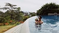 <p>Ayah Steve Yeun asyik main air sama si kecil. (Foto: Instagram/jopakka)</p>