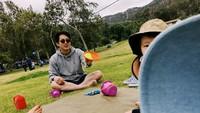 <p>Steve Yeun tak terlalu banyak mengunggah kegiatan bareng si kecil karena dia sangat menjaga privasinya. (Foto: Instagram/jopakka)</p>
