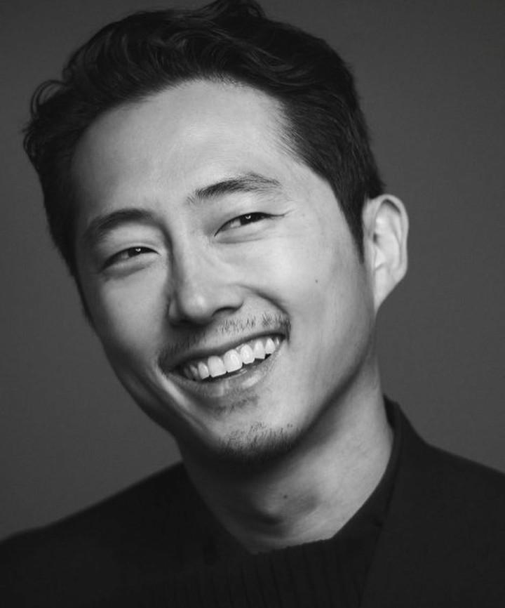 Pemeran Glenn Rhee dalam drama horor 'The Walking Dead', Steve Yeun, merupakan sosok family man banget. Mari lihat kegiatan Steve Yeun bareng keluarga.
